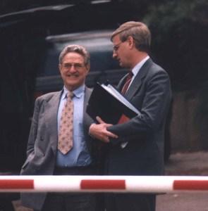 Carl-Bildt-and-jew-George-Soros-Bilderberg-June-2000-by-Christopher-Bollyn